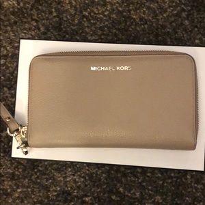 michael kors tan wallet wristlet